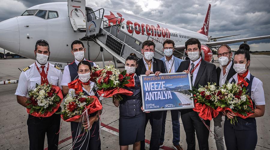 Bei der Begrüßung des 1. Fliegers aus Antalya der türkischen Corendon Airline in Weeze. Der Flughafen ist für die wirtschaftliche und touristische Entwicklung für Weeze von großer Bedeutung. Unter anderem findet hier das PAROOKAVILLE Festival und MudMasters statt.